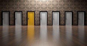 Wand aus Türen, eine ist gelb